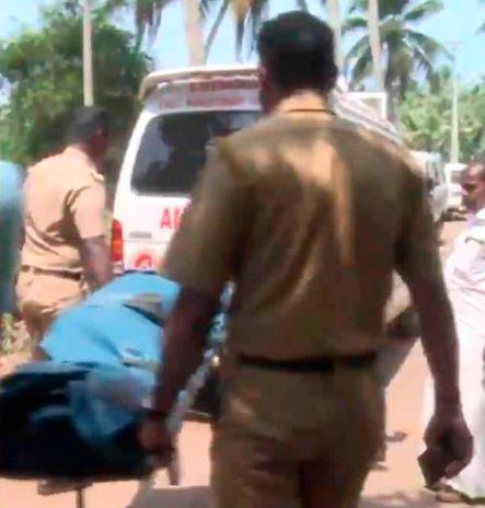 Las autoridades trasladan el cuerpo de la víctima