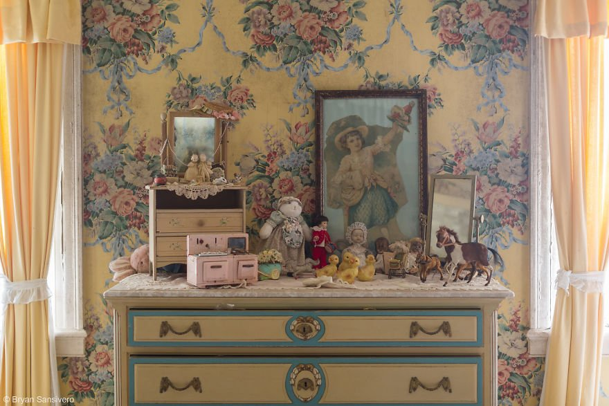 Photos-of-an-Abandoned-Alice-In-Wonderland-Mansion-with-a-dark-past-are-filled-with-bizarre-whimsical-beauty-5b0dfbf097e72__880