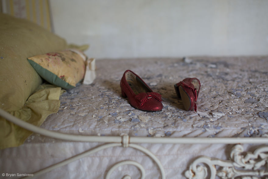 Photos-of-an-Abandoned-Alice-In-Wonderland-Mansion-with-a-dark-past-are-filled-with-bizarre-whimsical-beauty-5b0dfc55e6e02__880