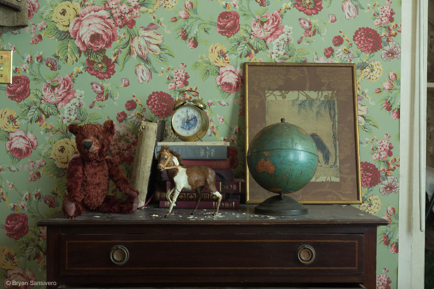 Photos-of-an-Abandoned-Alice-In-Wonderland-Mansion-with-a-dark-past-are-filled-with-bizarre-whimsical-beauty-5b0dfce9c4ad9__880