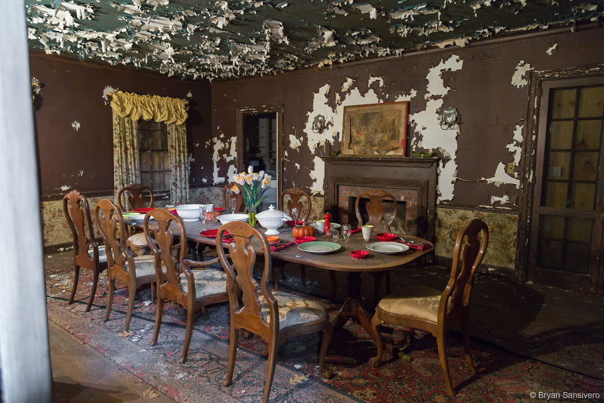 Photos-of-an-Abandoned-Alice-In-Wonderland-Mansion-with-a-dark-past-are-filled-with-bizarre-whimsical-beauty-5b0dfcf40ce59__880