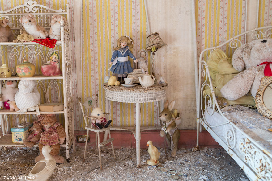 Photos-of-an-Abandoned-Alice-In-Wonderland-Mansion-with-a-dark-past-are-filled-with-bizarre-whimsical-beauty-5b0dfd0ecf8a2__880