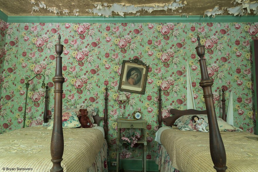 Photos-of-an-Abandoned-Alice-In-Wonderland-Mansion-with-a-dark-past-are-filled-with-bizarre-whimsical-beauty-5b0e8c3f81ed0__880