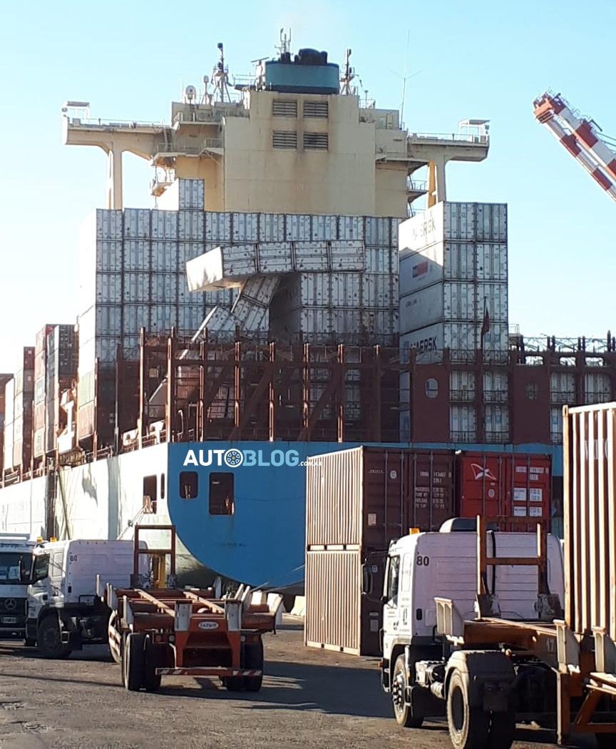 El momento en que los container comienzan a derrumbarse en la torre