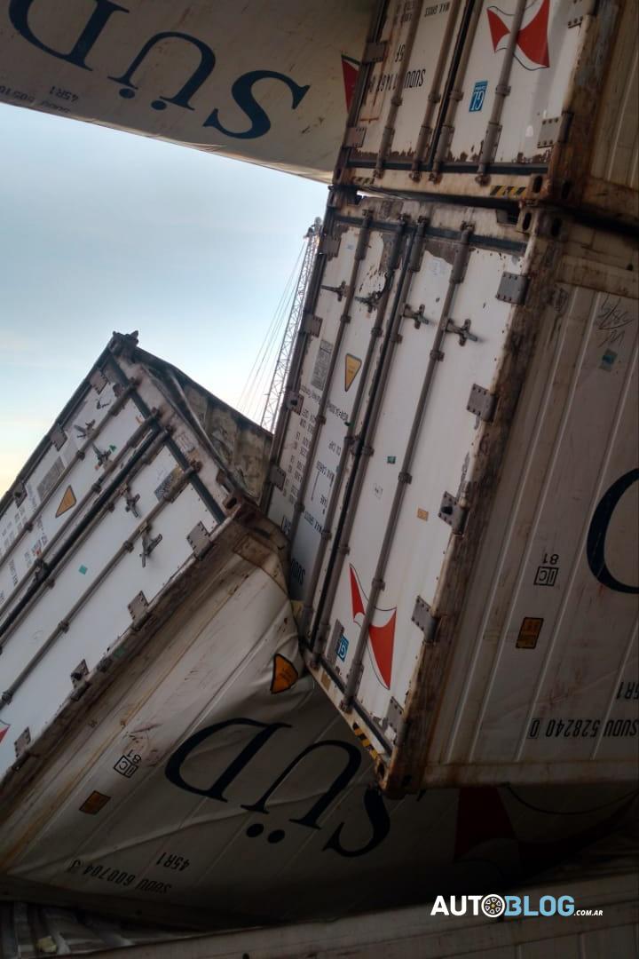 Los containers chocaron entre sí