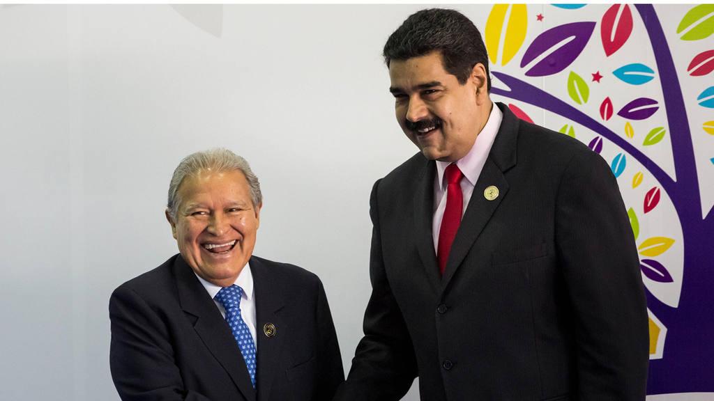 CAR01. MARGARITA (VENEZUELA), 16/09/2016.- El presidente de Venezuela, Nicol·s Maduro (d) recibe al presidente de El Salvador, Salvador S·nchez CerÈn, a su llegada hoy, s·bado 17 de septiembre de 2016, a la cumbre del Movimiento de PaÌses No Alineados (MNOAL) en Margarita (Venezuela). EFE/MIGUEL GUTI»RREZ VENEZUELA NOAL