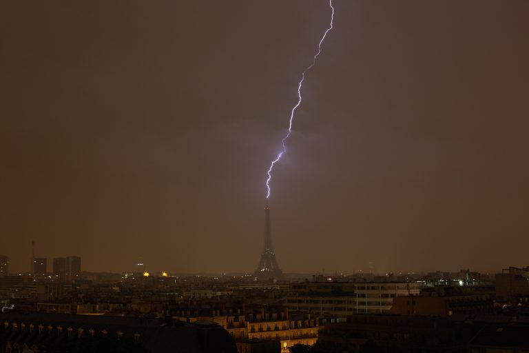 0_CATERS_LIGHTNING_STRIKES_EIFFEL_TOWER_THREE_TIMES_01-768x512