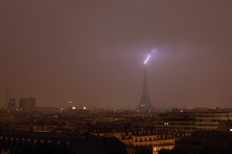 1_CATERS_LIGHTNING_STRIKES_EIFFEL_TOWER_THREE_TIMES_02-768x512