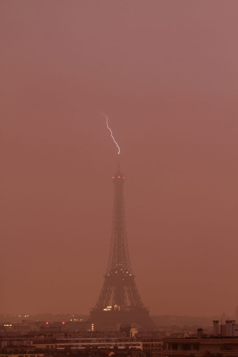 2_CATERS_LIGHTNING_STRIKES_EIFFEL_TOWER_THREE_TIMES_03-768x1152