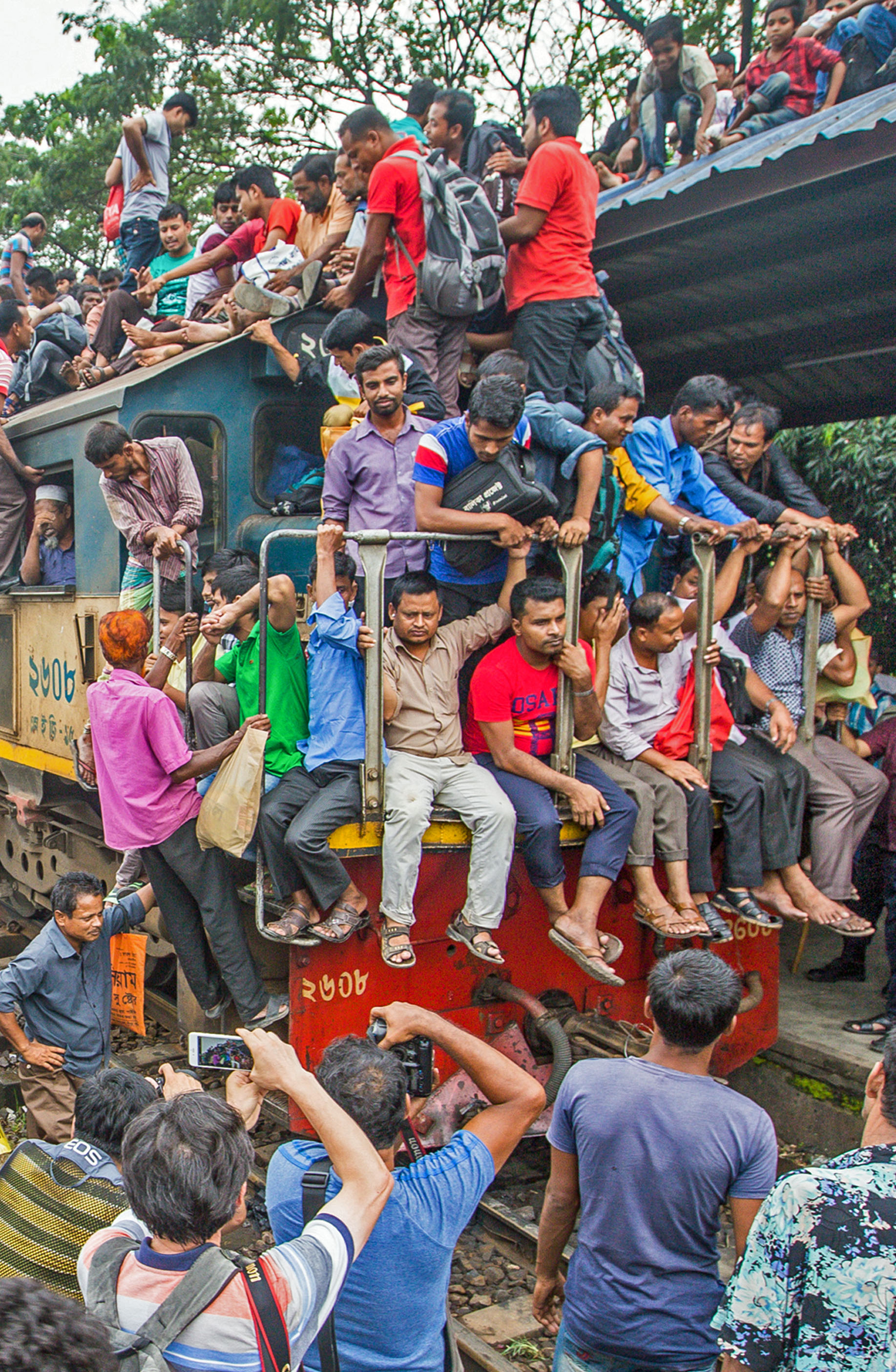 OVERCROWDED BANGLADESHI TRAIN
