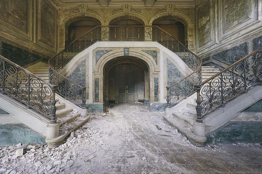Abandoned-castle-in-France-2015-5b1526121fc8e__880