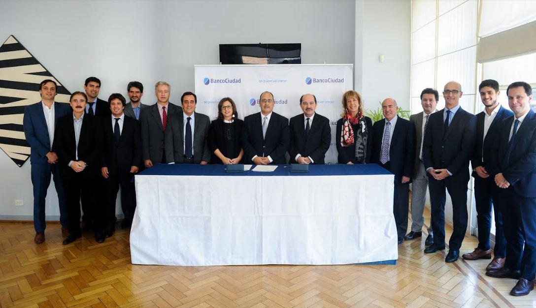 funcionarios del BICE y del Banco Ciudad luego de la firma del Acuerdo