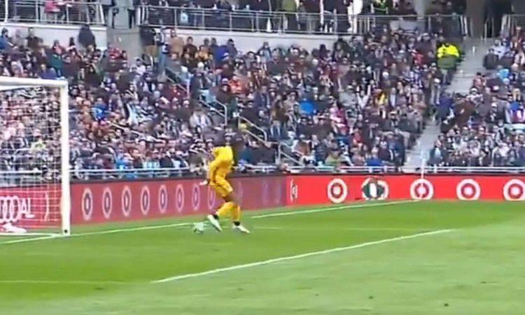 El portero Sean Johnson hace el autogol del año en la MLS