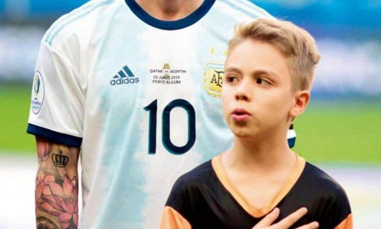 Un niño reveló qué hace Messi durante el himno