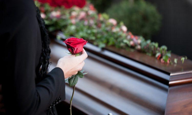 Salva a su hijo de la cremación al notar lágrimas en sus ojos