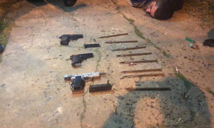 Una metralleta y cuatro detenidos: guerra entre hinchas de Chacarita - Deportes