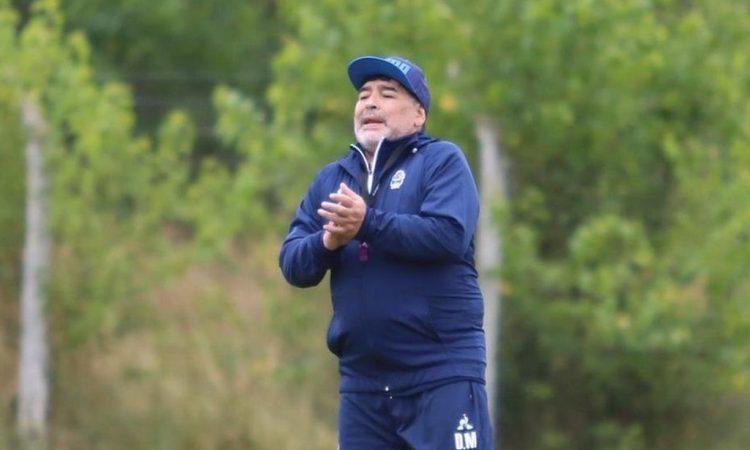 Diego Maradona sufrió un gracioso blooper en pleno partido de Gimnasia