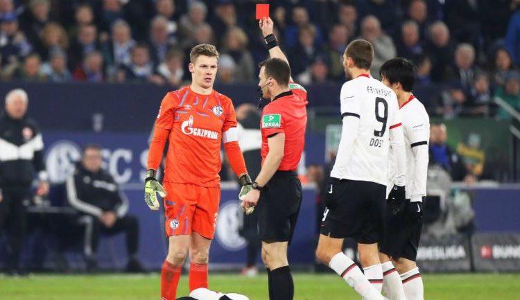 ¡Portero propina brutal patada al rival en Alemania!