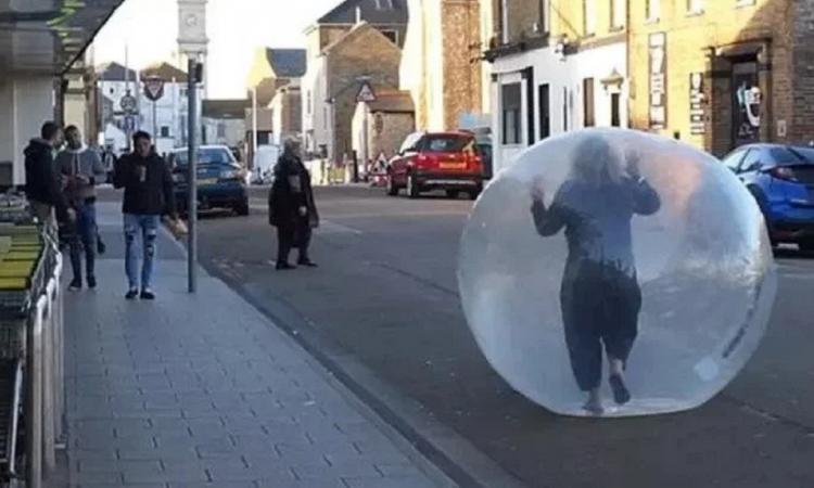 Una mujer salió a hacer las compras adentro de una pelota inflable