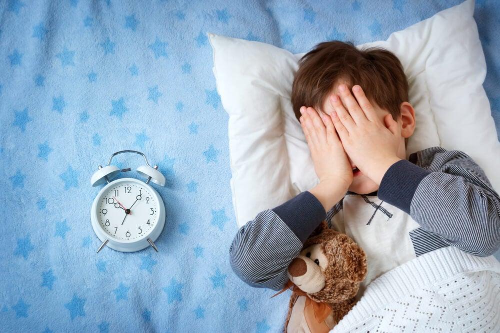 nino con miedo a dormir fuera de casa