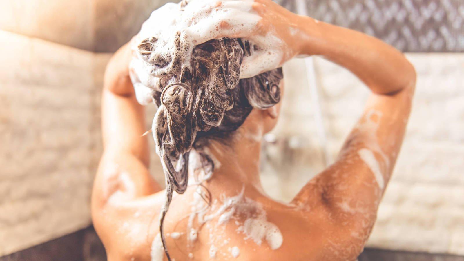 ten cuidado 5 senales de que te estas lavando el pelo demasiado