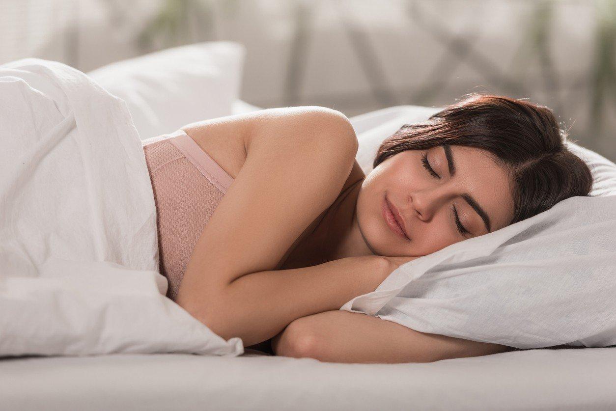 7 motivos para empezar a dormir de lado izquierdo